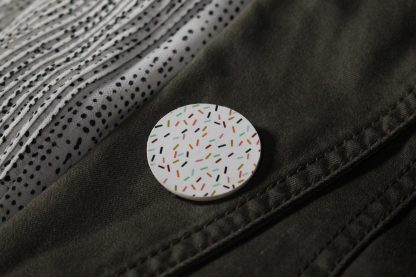 Broche maxi ronde- Motif Confettis, Blanc