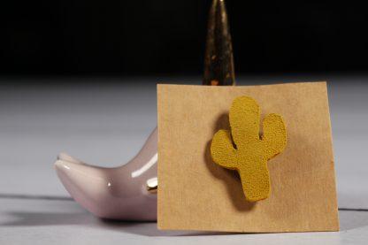 Broche en cuir cactus moutarde