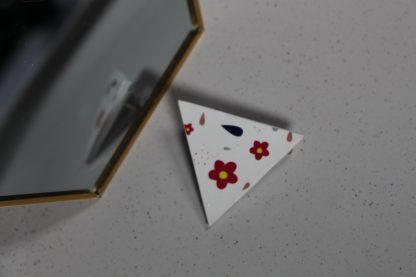 Broche maxi triangulaire- Motif Fleuri, Blanc