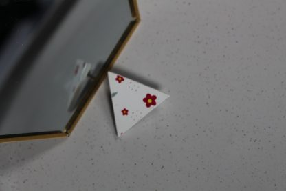 Broche mini triangulaire- Motif Fleuri, Blanc